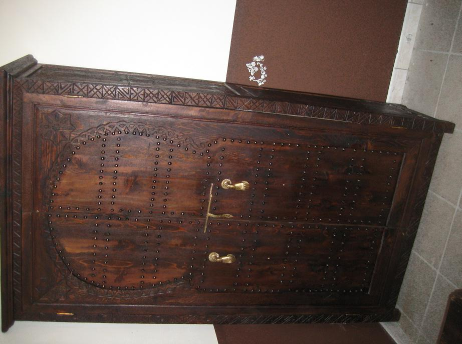 une armoire une table basse artisanat marocain. Black Bedroom Furniture Sets. Home Design Ideas
