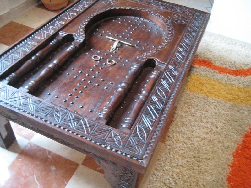 une armoire une table basse artisanat marocain. Black Bedroom Furniture Sets. Home Design Ideas